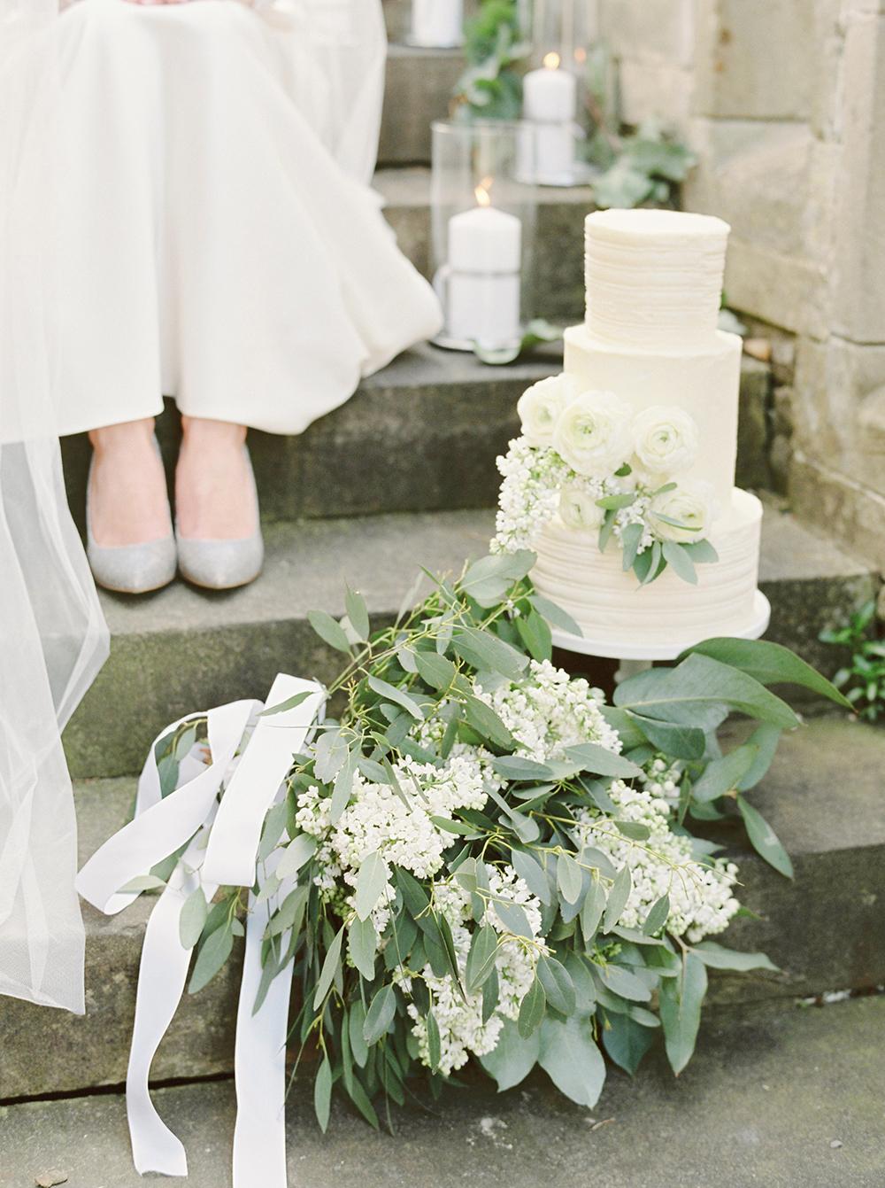 yorkshire wedding cake,fine art wedding cake,natural bouquet,